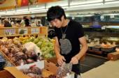 Flushing, NY: Asian Youth Bagging Grapes — Stock Photo