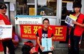 Flushing, NY:Chinese Youths with Protest Signs — Stock Photo