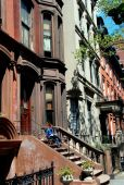 Brooklyn, NY: Woman Reading on Brownstone Stoop — Stock Photo