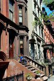Brooklyn, NY: Woman Reading on Brownstone Stoop — Stock Photo