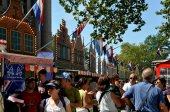 NYC: Crowds at New Amsterdam Dutch Village — Stockfoto