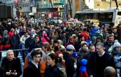 New York City: Crowds of People on Fifth Avenue — Stock Photo
