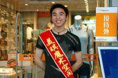 Chengdu, China: Youthful Sales Clerk at Clothing Shop — Foto Stock