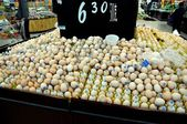 Chengdu, China: Fresh Eggs at Wal-mart Supermarket — Stock Photo