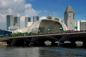 Singapore: Esplanade Bridge and Theatres on the Bay — Stock Photo