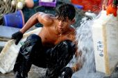 Hua Hin, Thailand: Thai Fisherman Washing Boxes — Stock Photo