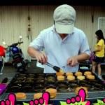 Melaka, Malaysia: Man Cooking Chinese Cakes — Stock Photo #67268587