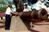 Penang, Malaysia: Tourists Examining English Cannon — Stock Photo