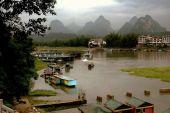 Yangshuo, China: Karst Rock Formations and Lijiang River Boats — Stock Photo