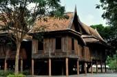 Ayutthaya, Thailand: Trähus på pålar — Stockfoto