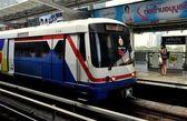Bangkok, Thailand: BTS Skytrain at Ploenchit Station — Stock Photo