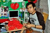 Bangkok, Thailand: Man Sewing Fabric Chili Peppers — Стоковое фото