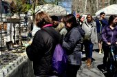 New York City: Women Shopping at Crafts Fair — Stock Photo