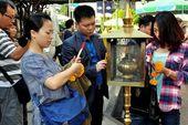 Bangkok,Thailand: Thais at Erawan Shrine — Stock Photo