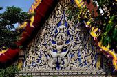 Ayutthaya, Thailand: Decorative Tympanum at Thai Temple — Stock Photo