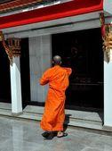 Bangkok, Thailand: Monk at Thai Temple — Fotografia Stock