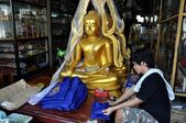 Bangkok, Thailand: Thai Man and Buddha Statues — Stock Photo