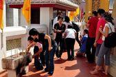 Bangkok, Thailand: People at Thai Temple — Stock Photo