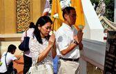 Bangkok, Thailand: Thais Praying at Thai Temple — Stock Photo