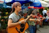 Bangkok, Thailand: Musicians Entertaining at Chatuchak Market — Stock Photo