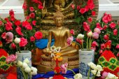 Bangkok, Thailand: Buddha with Offerings at Thai Temple — Stock Photo