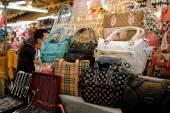 Bangkok, Tajlandia: Knock-Off torby w nocy rynku — Zdjęcie stockowe
