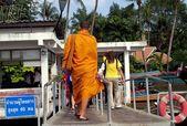 曼谷,泰国: 佛教僧侣在赵海傍河码头 — 图库照片