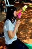 Chiang Mai, Thailand: Woman Praying at Wat Phra Singh — Stock Photo