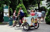 Newport, RI: Visitors Arriving via Pedicab at Rosecliff Mansion — Stock Photo