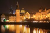 The night View on bright Prague Old Town above the River Vltava, Czech Republic — Stock Photo