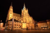 Gotiska st. vitus katedralen på Pragborgen i natten, Tjeckien — Stockfoto
