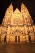 夜では、チェコ共和国プラハ城にゴシック様式の聖ヴィート大聖堂 — ストック写真