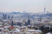 Ilk kar şehirde prag, çek cumhuriyeti — Stok fotoğraf