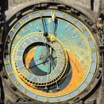 detalle del reloj astronómico medieval histórico en Praga en el antiguo edificio del Ayuntamiento, República Checa — Foto de Stock   #67929797