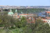 представление о весенней праге собор nicholas' св. с зеленой природой и цветущими деревьями, чешской республикой — Стоковое фото