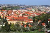 Kijk op de lente Praag met St.-Niklaaskathedraal, groene natuur en bloeiende bomen, Tsjechië — Stockfoto