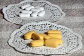 Comprimés de maladie sur la table — Photo