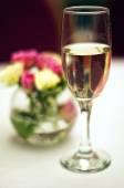 Ramo de rosas y copa de champagne — Foto de Stock