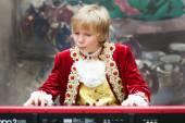 キーボードを弾く時代の衣装を着た少年 — ストック写真