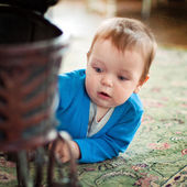 Niño jugando en el piso en casa — Foto de Stock