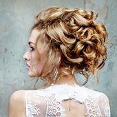 девочка с красивыми волосами в профиле — Стоковое фото