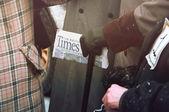 Riga, Lettonie - 4 janvier : Le journal Times dans les mains de l'he — Photo