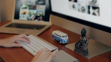 木製の机とワイヤ フレームとコンピューターの設計 — ストックビデオ
