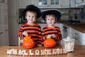 Two boys at home, preparing pumpkins for halloween — Stock Photo