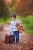 Little boy with suitcase and teddy bear — Stockfoto