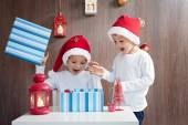 Two adorable boys, opening presents on Christmas — Stok fotoğraf
