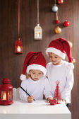 Two adorable boys, writing letter to Santa — 图库照片
