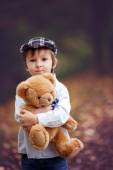 Little boy with suitcase and teddy bear — Stock fotografie