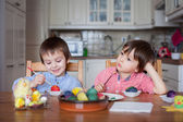 Two boys, coloring eggs for Easter — Stockfoto