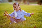 Süsser Boy, spielen mit Flugzeug auf Sonnenuntergang im park — Stockfoto